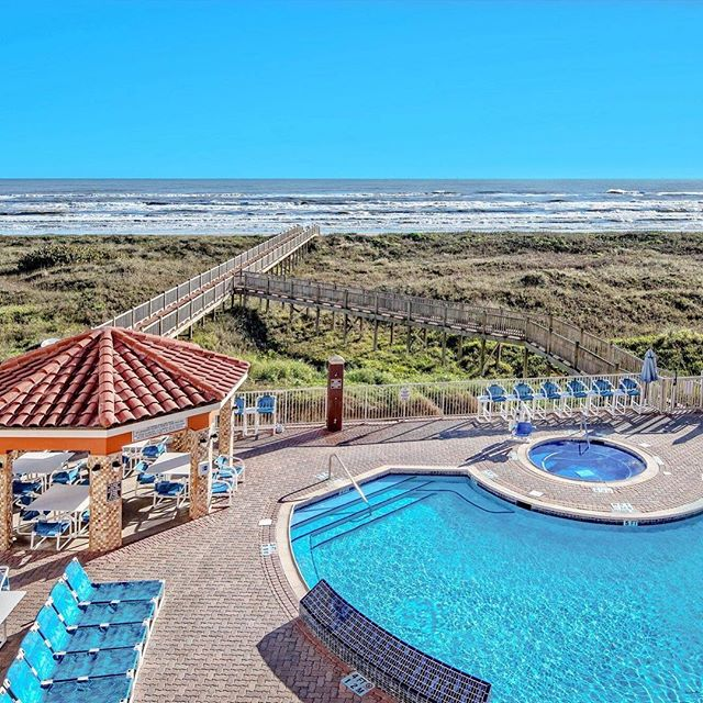 **ALL FOR $72 per person, per night with @padreuniversity for SPRING BREAK 2018 • Beach Front Hotel • 2 meals & 3 Drinks • Parasailing or jet skiing • Dolphin watch🐬, • Daily boat & pool parties! • So much more #springbreak #southpadreisland #claytons #lacopainnspi #padreu #ume #guccimane #postmalone #southpadretx #rgv #riograndevalley