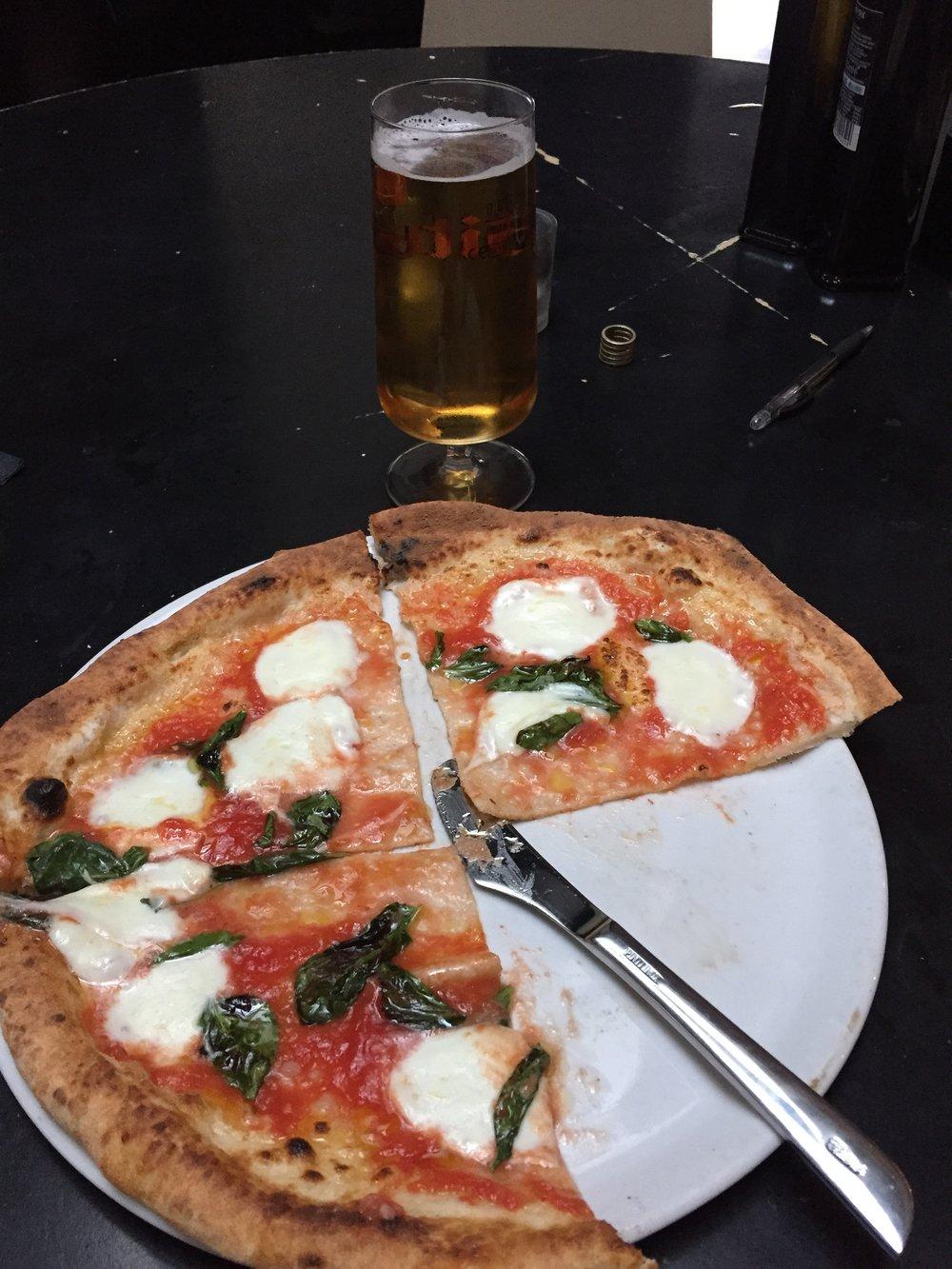 Lekkere pizza eten
