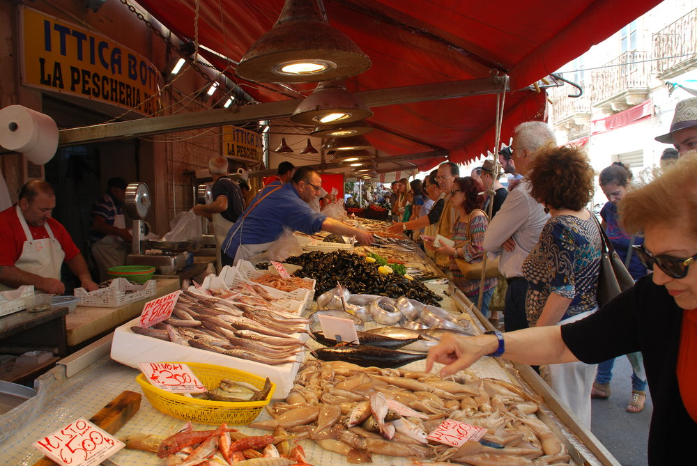 Robin op de markt in Italië