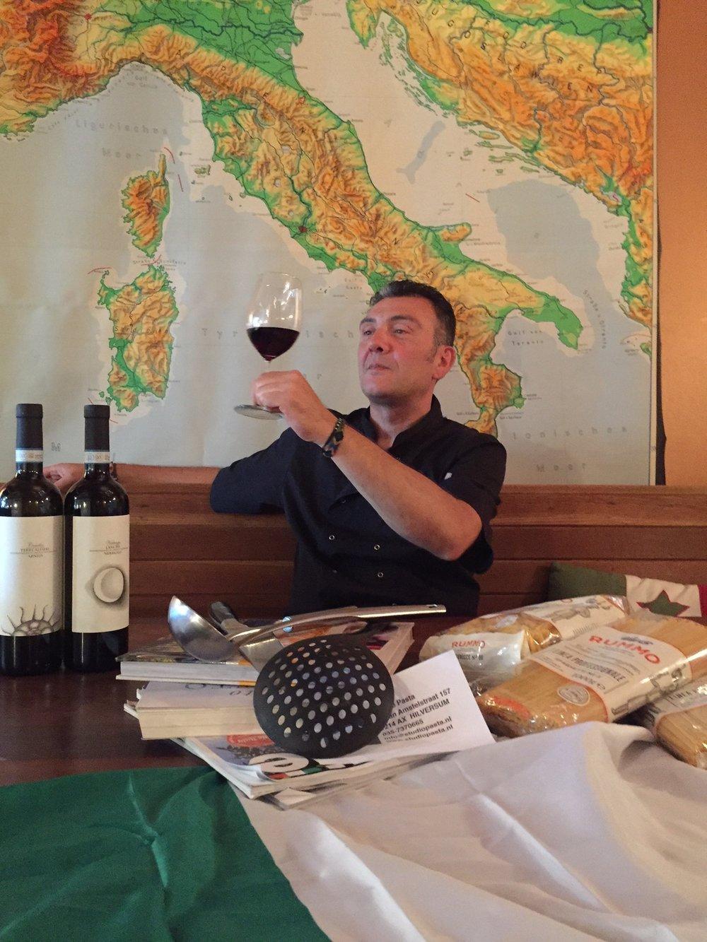 Michele proeft zijn wijn