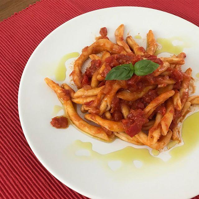 Filei con sugo di peperoni, aglio e cipolla. Vandaag is het misschien niet de zonnigste dag maar met dit gerecht zit ik voor mijn gevoel in de zon in Calabria! 😊☀️Groet, Niels van Toia 🍝🍷#filei #pasta #calabria #sugo #peperoni #aglio #olio #gerecht #gevoel #zon #italië #authentiek #italiaanseten #catering #toia