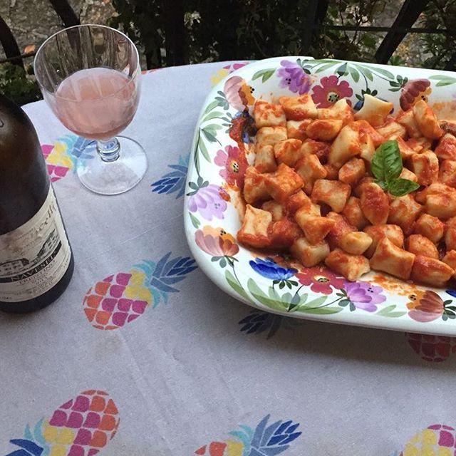 De zon laat zich vandaag even niet zien maar met dit gerecht schijnt de zon in mijn gedachten. Verse gnocchi met tomatensaus, simpel maar oh zo lekker! Toia authentieke Italiaanse gerechten. Bestel dit gerecht op www.toia.nl of bekijk de andere gerechten in het menu. Groet, Niels van Toia 😊🍷🍝 #italië #authentiek #italiaans #italiaansegerechten #gnocchi #gerecht #tomatensaus #pasta #versepasta #zon #zomer #vakantie #italiaansecatering #catering #toia