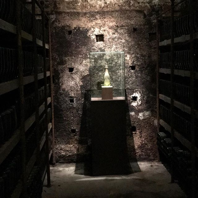 The holy grail!! Één van de eerste flessen franciacorta. 😍 Door Guido Berlucchi en Franco Ziliani. Het mag geen geheim meer zijn dat ik van een goed glas Franciacorta hou. Volgende week lees je er alles over bij @blogciaotutti 😊🥂 Enjoy! Groet, Niels van Toia #franciacorta #berlucchi #bubbels #italiaanseten #italiaansewijn #holygrail #toia