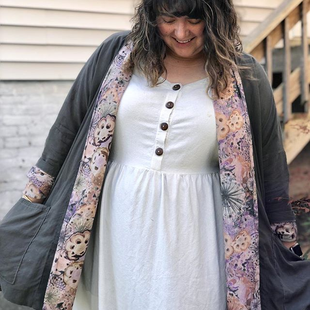 This is definitely quickly becoming my go-to fall uniform. These are two of my most-worn memakes and I love that it's cool enough to put them together now! Featuring: the #hinterlanddress by @sewliberated in #silknoil from @ewefibers under the #wikstenoversizedkimonojacket by @shopwiksten in #tencel and #libertyoflondon from @stitchsewshop. . . . . . . #hinterlandsewoff #memadeeveryday #handmadewardrobe #sewistsofinstagram #handsewnwardrobe #imademyclothes #plussizefashion #curvysewing