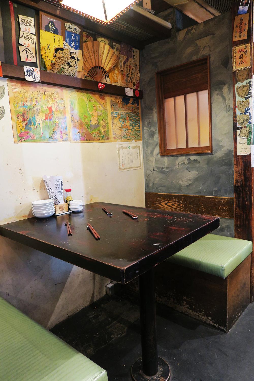 Bakawarai Kichijoji Izakaya interior