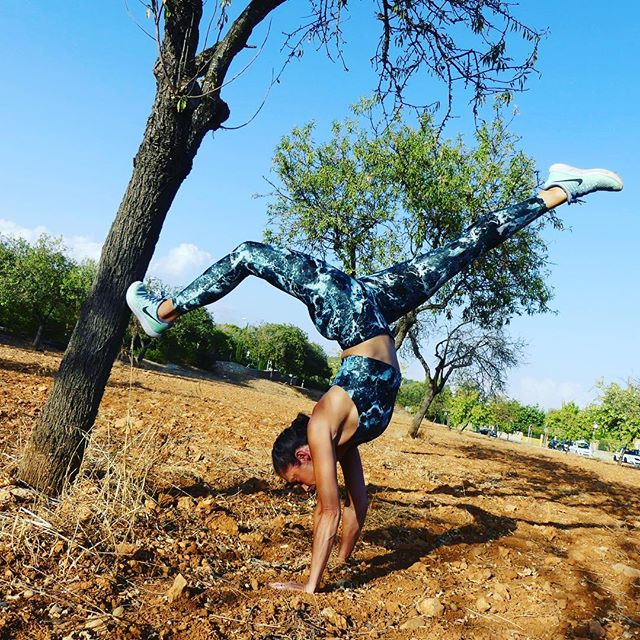 A little support is always good. I often ask for help from my friends and family when I can't handle things myself. Same with my handstand. One toe on the trunk #skytrainingbyshirin #bethebestofyou #handstand