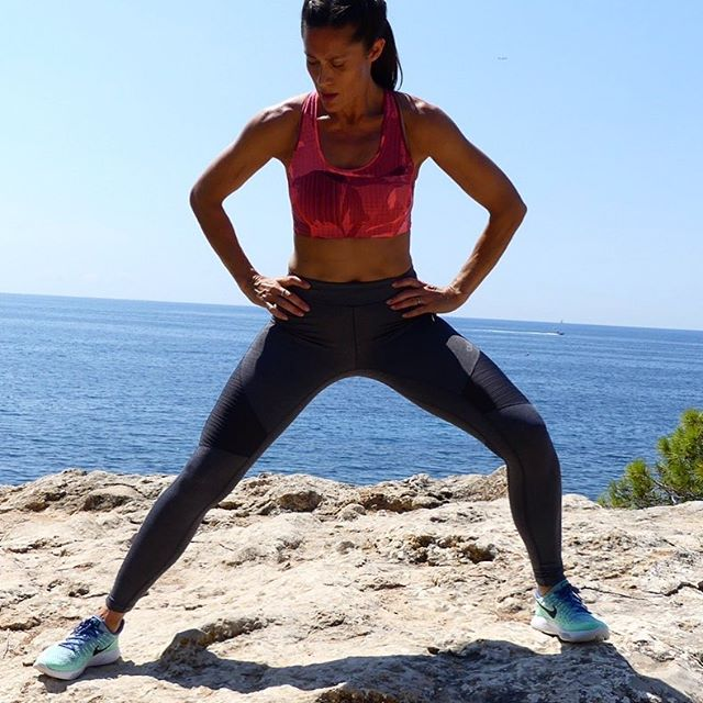 I mainly do my training outside using my own body weight for resistance. Instead of going to the gym and working out like crazy twice a week I do 20 min of something every day. It's the small choices every day and the consistency that makes it sustainable. #skytrainingbyshirin #onlinetraining #outdoortraining #sustainabletraining