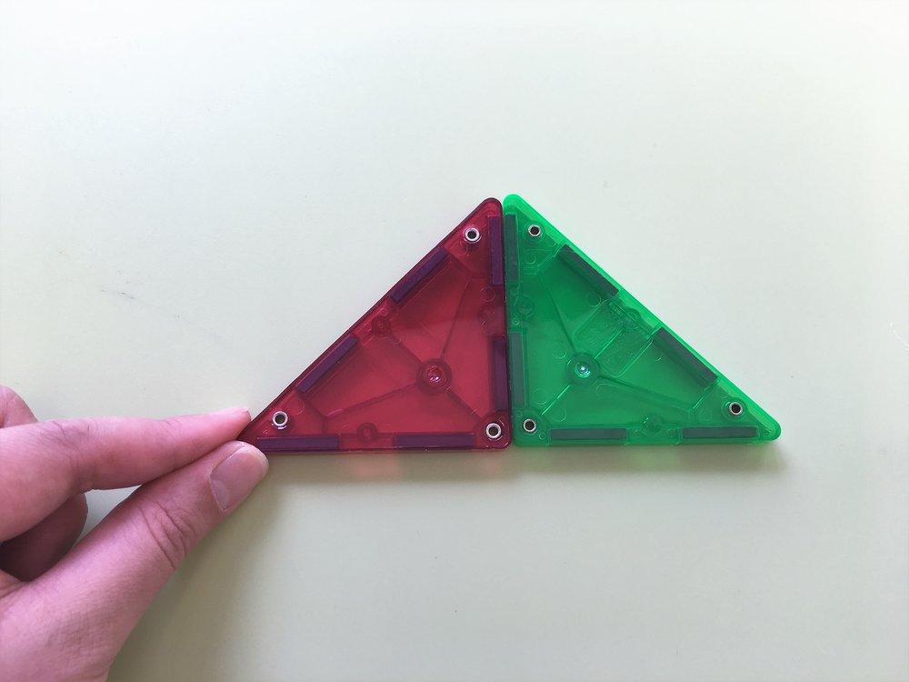 上半分は、二等辺三角形2つで大きい二等辺三角形を作ります。