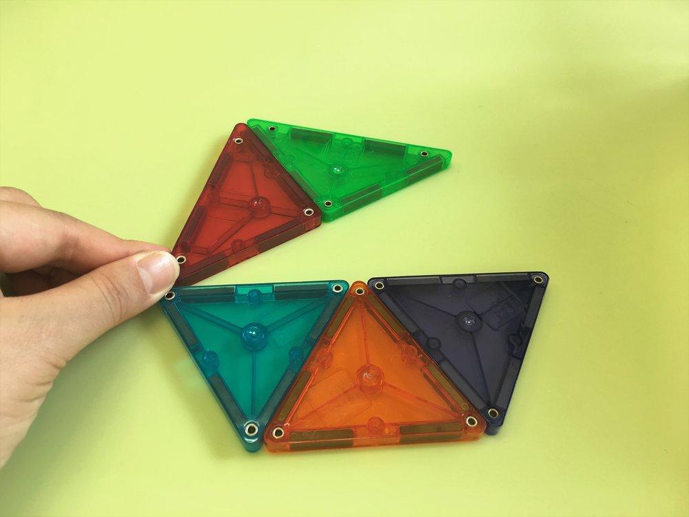 大きい二等辺策角形の底辺と、台形の長い方の辺がぴったりと合います。
