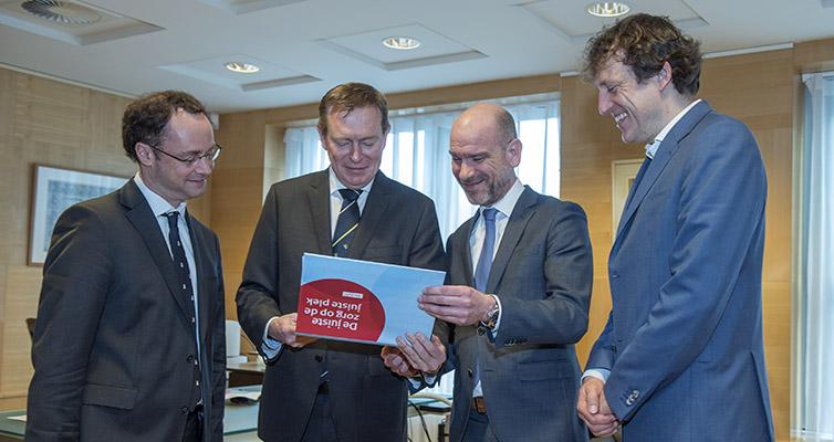 V.l.n.r: Willem de Boer, Bruno Bruins (minister voor Medische Zorg en Sport), Guy Schulpen en Joris van Eijck