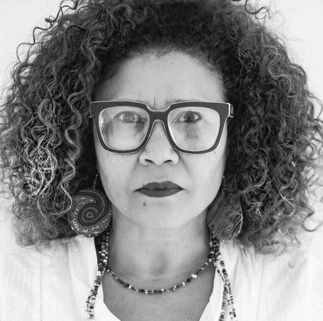 LELA ATHANASIO   Penteados  Conhecida pelos seus penteados com bossa, alisamentos naturais e suas escovas com um formato inigualável , a Lela agora é uma Fil Artist e traz também tudo que aprendeu em editoriais de beleza, para o dia a dia das clientes.