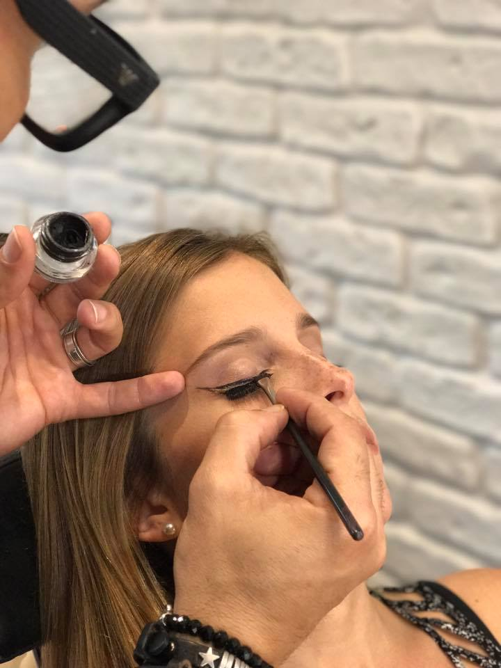 - Agora, faça outro traço seguido do final do traço anterior, em direção à pálpebra e ao canto interno dos olhos, formando um triangulo vazio.