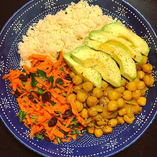 Bowl 🍲 time! Starting at the top: fluffy couscous, cool creamy fresh avocado, chili & turmeric spiced chickpeas with sweet onions, and cold harissa carrot parsley and raisin slaw 💯 bold flavors and contrasting textures! . . . . #harissa #vegan #vegetarian #grainbowl #bowl #veganbowl #vegetarianrecipes #healthyfood #personalchef #blackfoodbloggers #homecooking #healthyrecipes #apartment5c #avocado #chickpeas #protein #plantbased #meatlessmonday #flavor #middleeasternfood #moroccanfood #turmeric