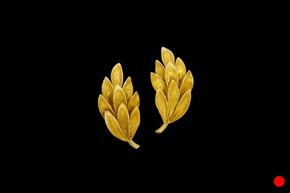 A delightful pair of 1980's 18ct yellow gold Florentine effect gold wreath clip earrings   £850
