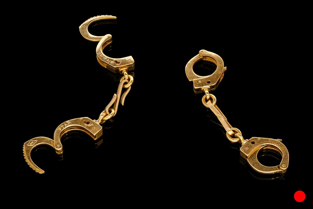 A yellow gold handcuff cufflinks | £100