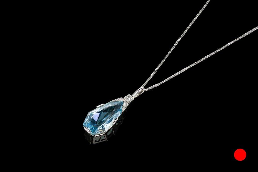 An iconic Art Deco aquamarine and diamond pendant set | £5400