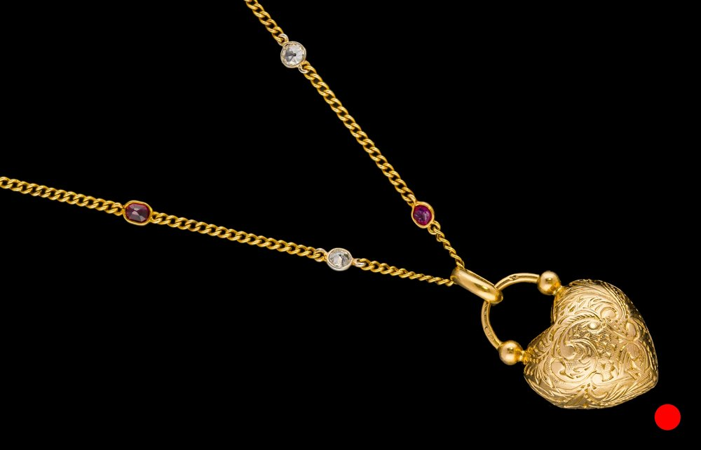 A Edwardian European 18ct yellow gold heart locket with Parisian hallmark | £990