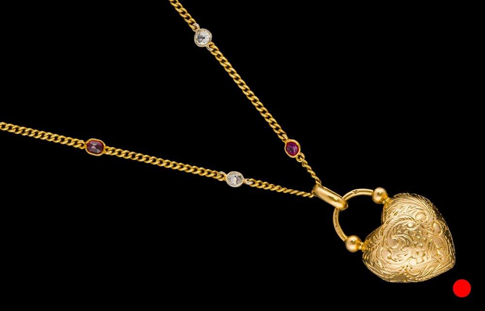 A Edwardian European 18ct yellow gold heart locket with Parisian hallmark | £990