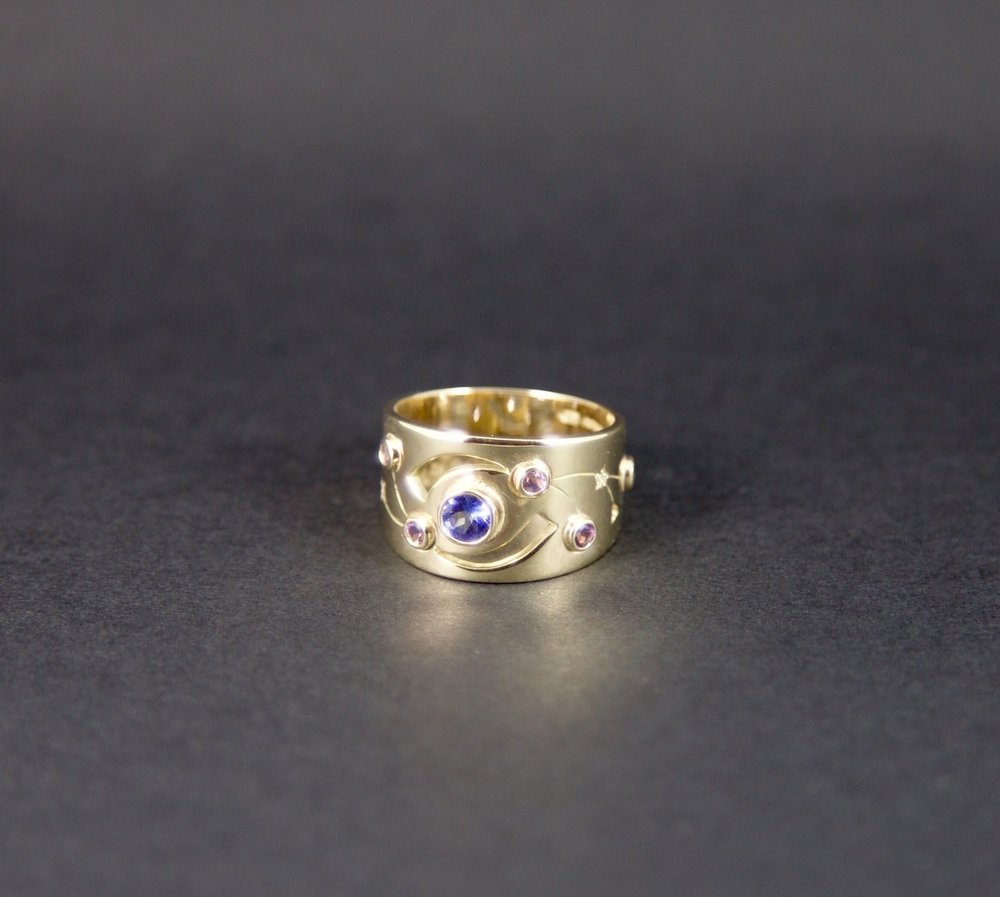9ct yellow gold with central tanzanite, amethysts & diamonds