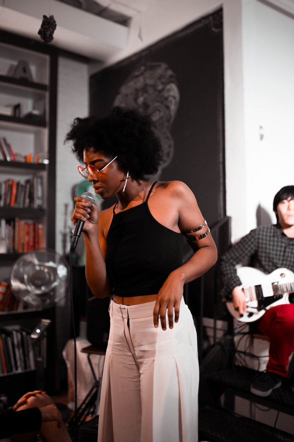 Synead performing for an audience with SoFar Sounds || Photo credit to Marina Barham