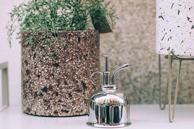 ¿Sabías que?  Los pulverizadores de la marca @hawswateringcans son perfectos para cuidar nuestras plantas y darles el aporte de humedad que necesitan sus hojas tanto con las malignas calefacciones de invierno, como con la sequedad ambiental del verano. • Y sí, es el regalo perfecto si le gustan las plantas. • #plantsmakepeoplehappy #makeyourplantshappy #pulverizador #mistspray #cobre #laton #regaloperfecto  #hoyabrimos #madrid • F: @estudiorotula