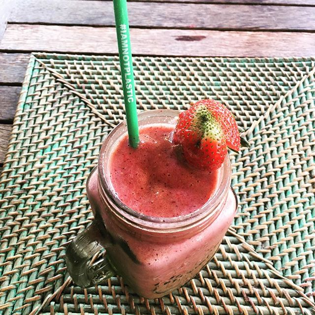 I am not plastic!! Clever straw made of 🌽. Should be illegal to use anything else. Delish berry delight smoothie from The Cashew Tree too!