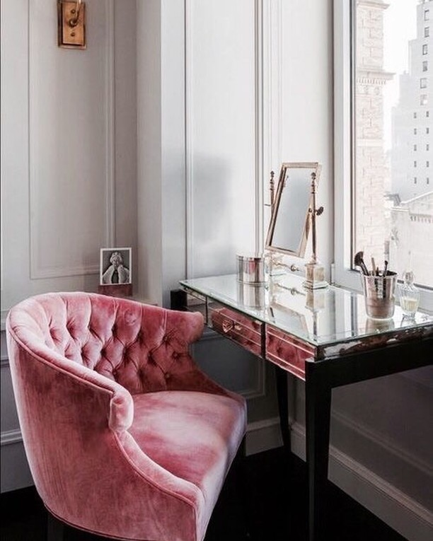Making your vanity space set up near a window can be the answers to achieving the best lighting ! Daylight is always the best light ! #dtglam #vanityspace #glam