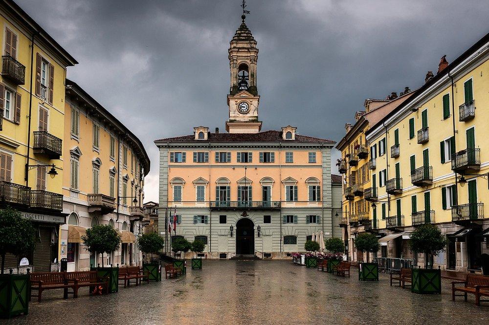 piazza centrale ivrea.jpg