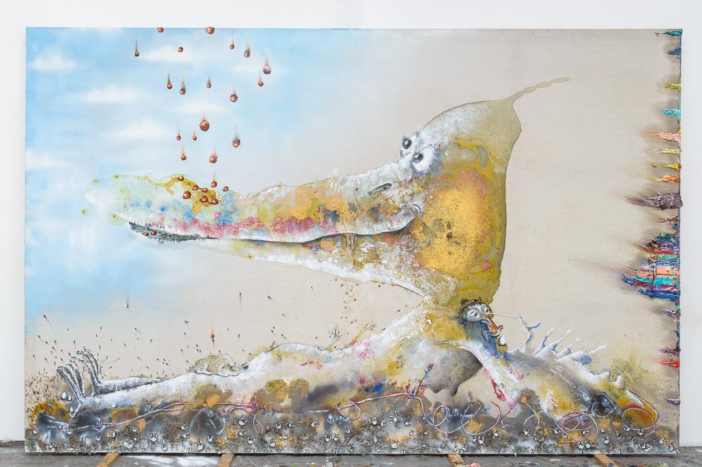 Marlène Mocquet, Simorgh - 2014 - Spray aérosol, résine vynilique, pigment or, paillette, inclusion objet, huile, émail à froid, poussières et détritus, résine époxy, glycéro et encre sur toile, 260 x 400 cm