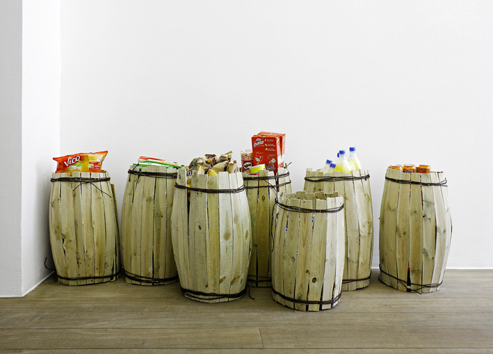 Sans titre (les tonneaux), 2010- Wood, ropes, food products -  H 50 x ø 35 cm each