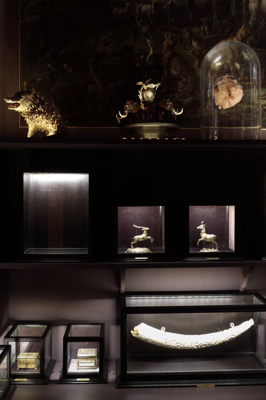 Trophée , 2017,grès et porcelaine émaillés or et platine, 28 x 35 x 25 cm