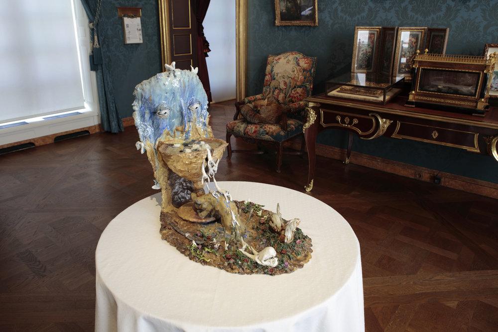 L'homme pragmatique, 2014, grès et porcelaine émaillé de Sèvres, émail or et platine, 40 x 65 x 55 cm