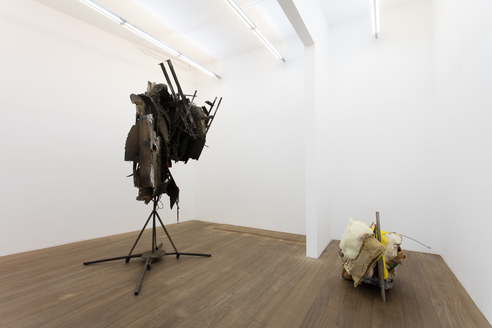 Vue d'exposition  Pas éléphant  Au sol : Mont Ventoux #22, 2017, technique mixte dont estomac de vache, bois, plastique, cartons, 105 x 87 x 130 cm, unique.