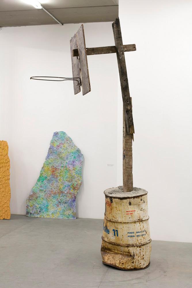 Sven 't JOLLE, American dream, 2016, plâtre, bois et bidon d'huile, 295 x 90 x 150 cm, unique.