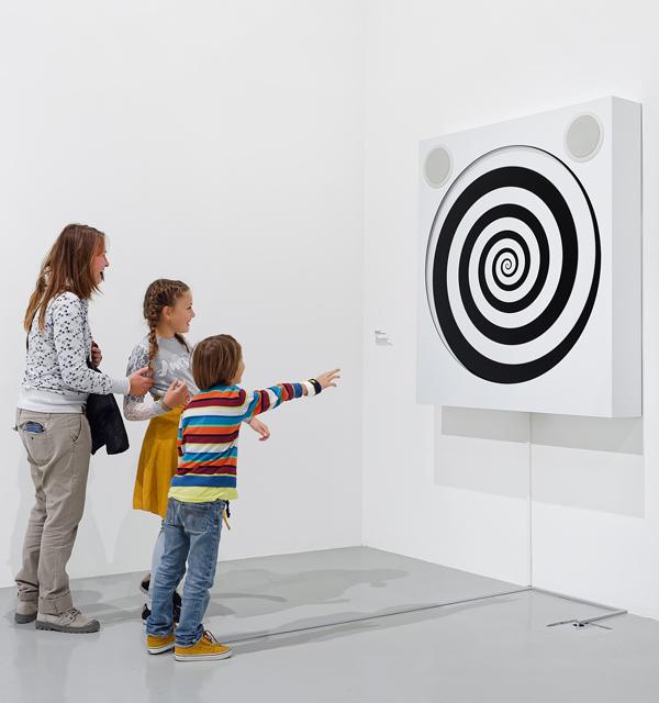 Vue de l'exposition :  Je m'appelle Cortana , Frac Franche-Comté, 2018 ; Alain Séchas, Hommage à Émile Coué, 2006, Dépôt du Cnap © Alain Séchas, photo : Blaise Adilon