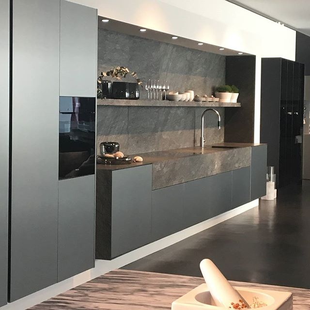 What's cookin good lookin 🍴 #kitcheninspo #interiordesign #kitchendeaign #dreamkitchen #interiors #interiordesigner #whatscookin #cookingsomething #dezeen #architecture #archdesign #greykitchen #kitchen