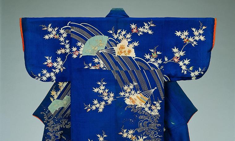 Photo : Kosode à motifs de cascades et éventails, Collection Matsuzakaya  Crédits : J. Front Retailing Archives Foundation Inc./Nagoya City Museum