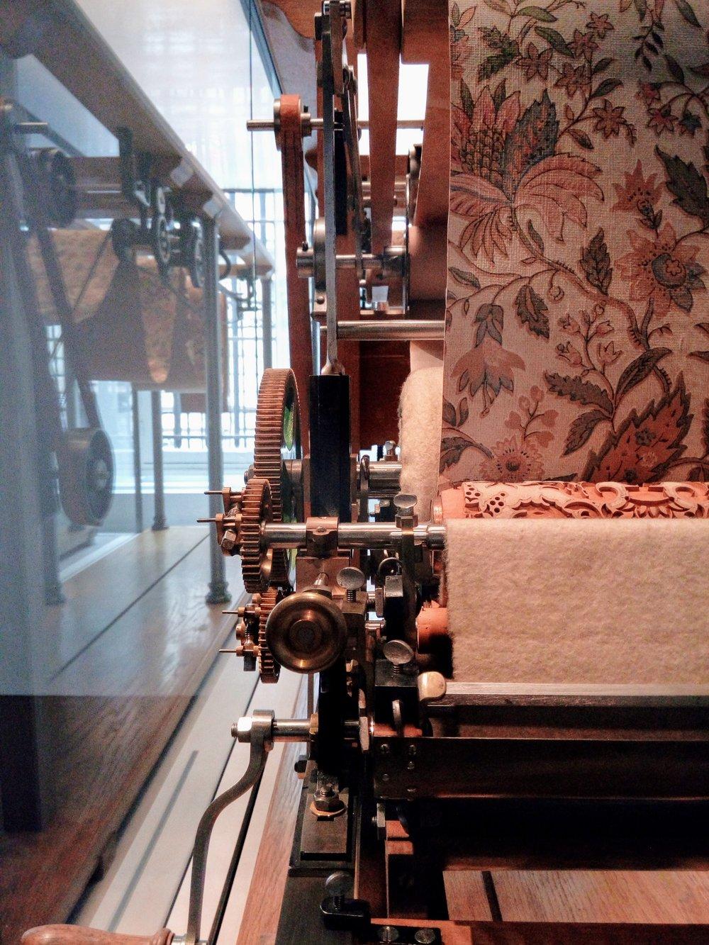 Une machine qui servait à imprimer 4 couleurs par cylindres de bois, pour papiers-peints.
