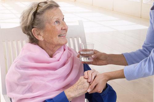 eau-personne-agee-pour-hydratation.jpg