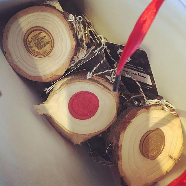 Nieuwe bestelling de deur uit; 30 Kerstballen gemaakt van gedumpte Kerstbomen. #kerstversiering #recycle #upcycle #circulair #christmastreedecorations #madefromdumpedchristmastrees