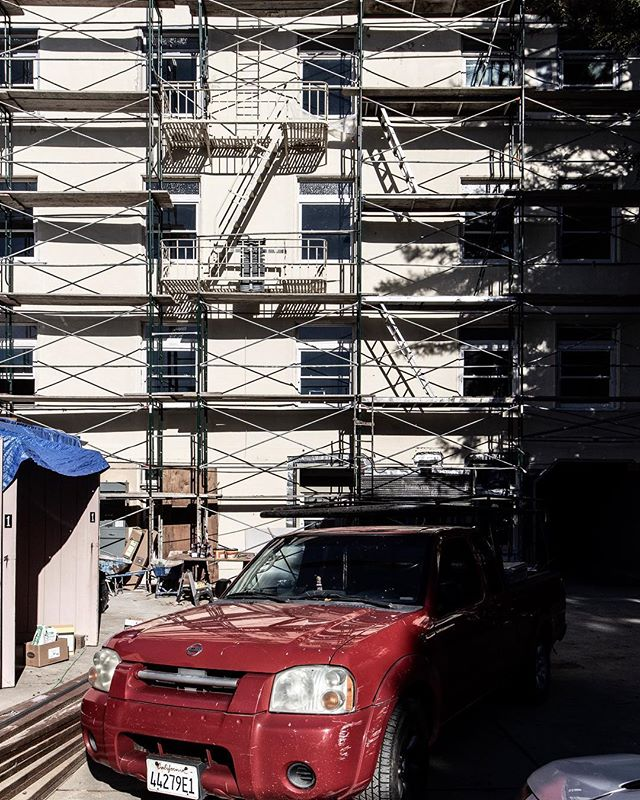 Scaffolding at its finest ⠀ ⇋⇋⇋⇋⇋⇋⇋⇋⇋⇋⇋⇋⇋⇋⇋⇋⇋⇋⇋⇋⇋⇋⇋⇋⇋⇋⇋⠀ #scaffolding #underconstruction #jobsite #worktruck #remodel #workworkwork
