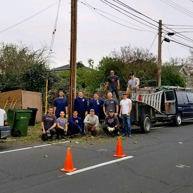 SCFF Senior Assist crew out making a difference in the community, this past Friday the 1st. Great work guys!  @santaclara_fd @chief_miller_ @bayareafirefighter  #community #firefighter #local1171 #seniorassist #yardwork #givingback