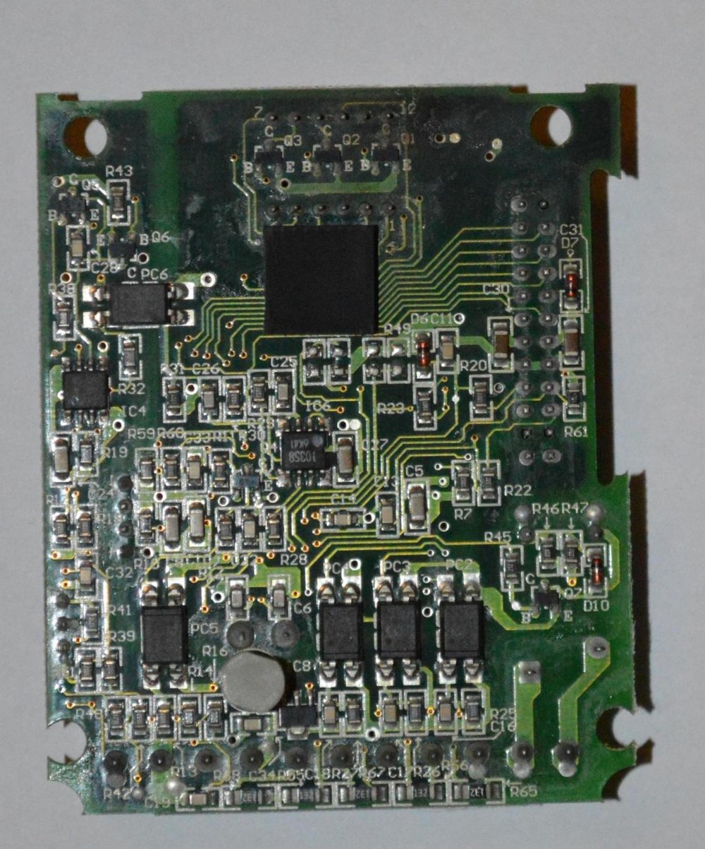 Bottom view of the controller circuit board. The SOIC(Gull-Wing) packaged chips are opto-couplers most likely used for the digital I/O.