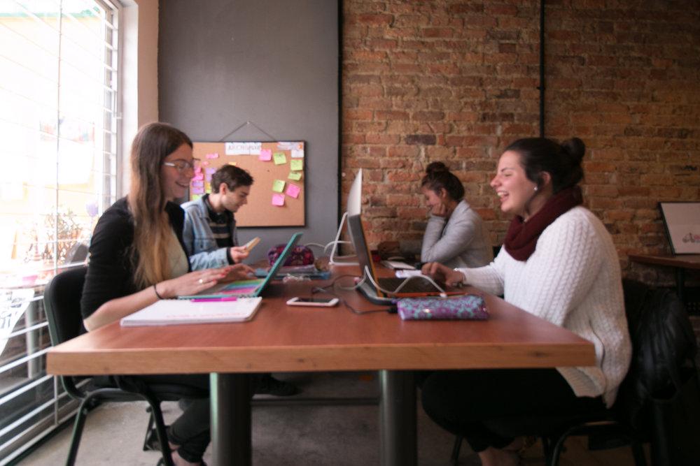 MESA DE TRABAJO  1.000.000/MES. Hasta para 5 personas, ideal para empresas pequeñas o grupos de trabajo de 3 a 5 personas.