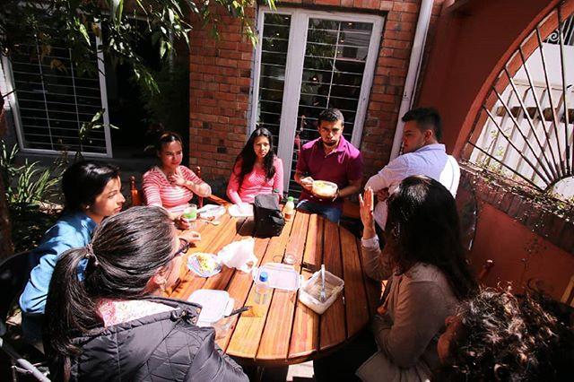 La tardes soleadas en Tierra Firme son ideales para almorzar cerca al jardín y conocer a otros miembros de la casa.  #tierrafirme #coworking #sun #coworkinglunch #comunidadTF #bogota #emprende #emprendediferente