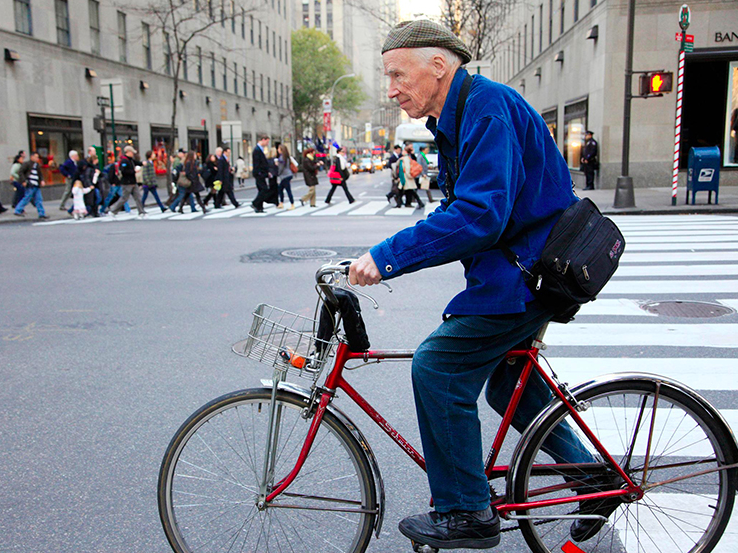 Bill Cunningham in his trademark blue jacket / Photo: AP via Independent.co.uk