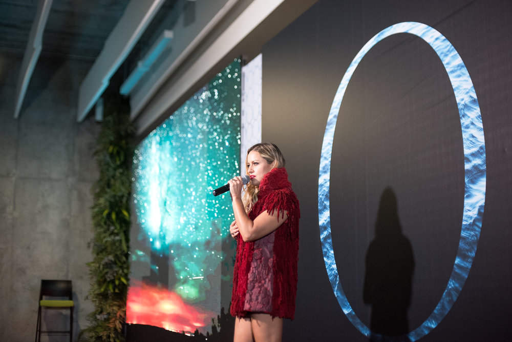 Lola Ponce performs at the end of the Omina Summit 2018 / Photo: Mauricio Martinez