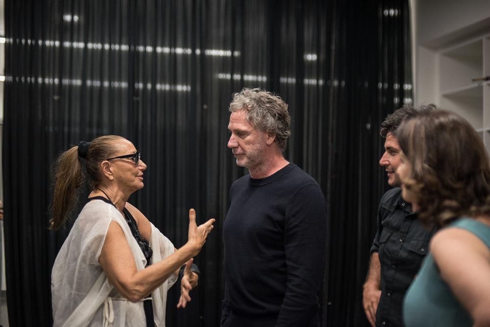 Backstage, Donna Karan speaks with Oskar Metsavaht / Photo: Mauricio Martinez