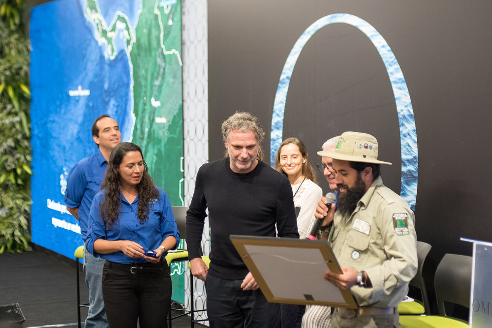 Oskar Metsavaht receives the World Natural Heritage Site Award / Photo: Mauricio Martinez