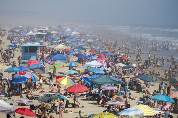 Huntington Beach during record heat in California / Photo: Ringo Chiu/ZUMA Wire/Rex/Shutterstock